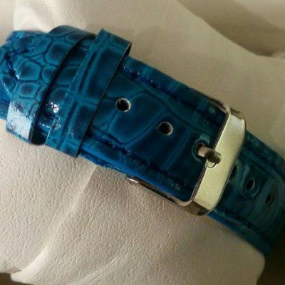 Женские наручные часы со стразами внутри