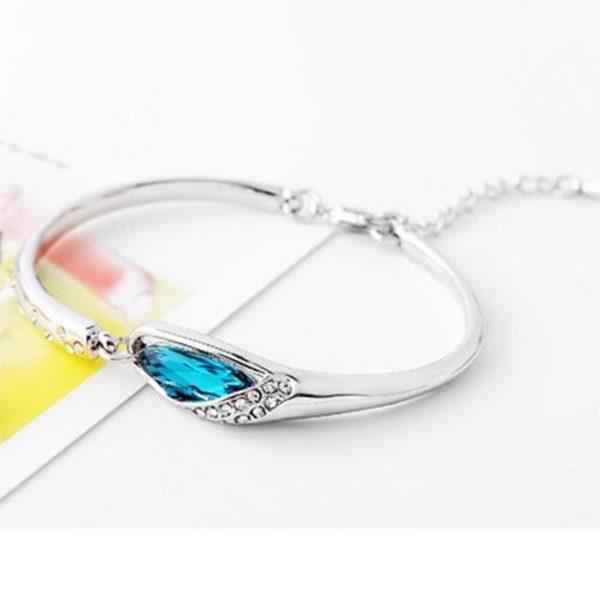 Изящный женский браслет на руку с красивым камешком