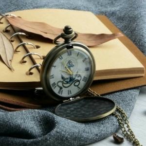 Карманные часы с гравировкой якоря на откидной крышке